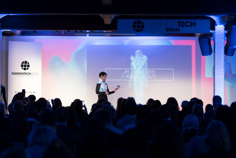 FashionTechBerlin2017_JUWL_InteractiveHologram_©JacquelineHen_and_MartinLuge